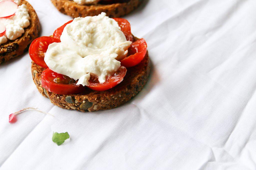 beschuit met tomaat en mozzarella