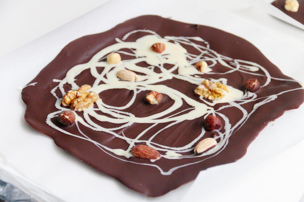 pure chocolade overgoten met witte chocolade en nootjes