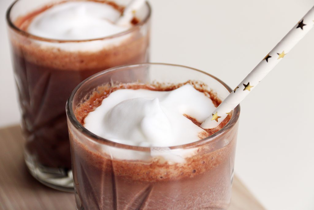 close-up chocolademelk met melkschuim