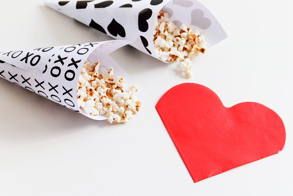 popcorn houders met popcorn en valentijn servet