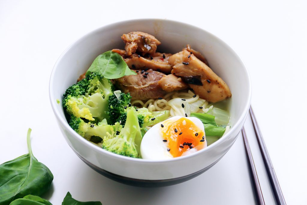 Noedelsoep met broccoli en plakkerige kip - SUUS KOOKT
