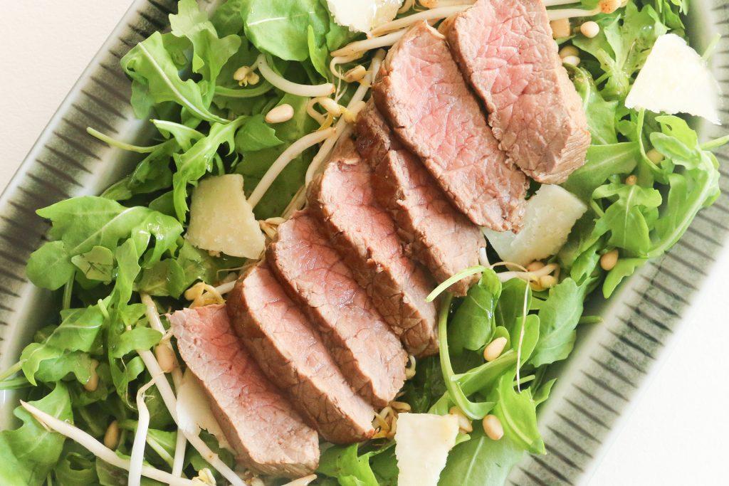 Biefstuksalade met taugé en parmezaanse kaas - SUUS KOOKT