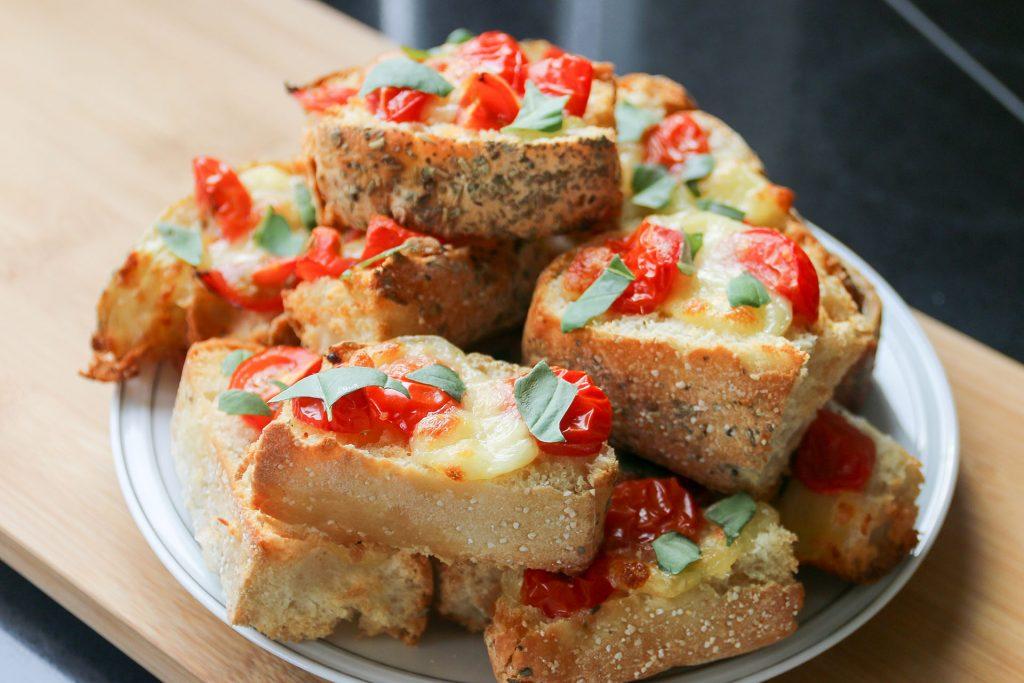 Bruschetta van focaccia met tomaat en mozzarella - SUUS KOOKT