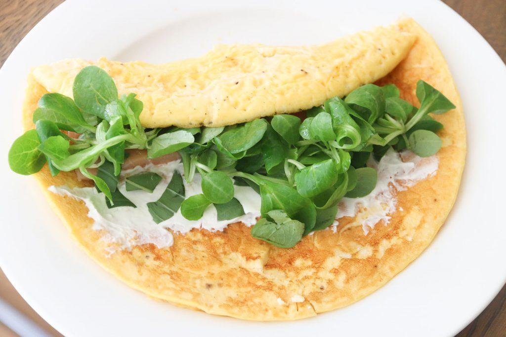 Omelet rol met zalm, rucola en roomkaas - SUUS KOOKT