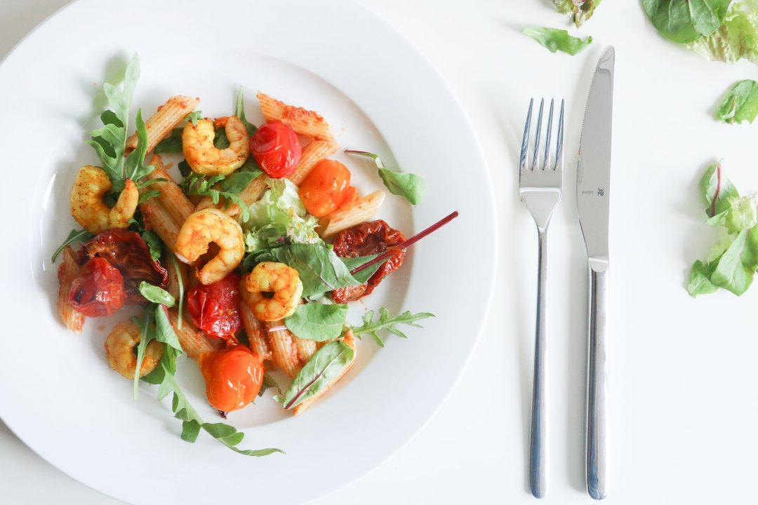 pastasalade met rode pesto en garnalen