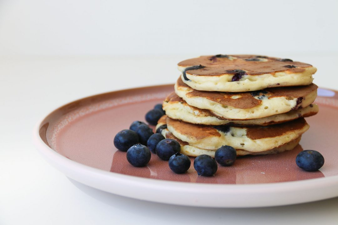pannenkoekjes van griekse yoghurt met blauwe bessen