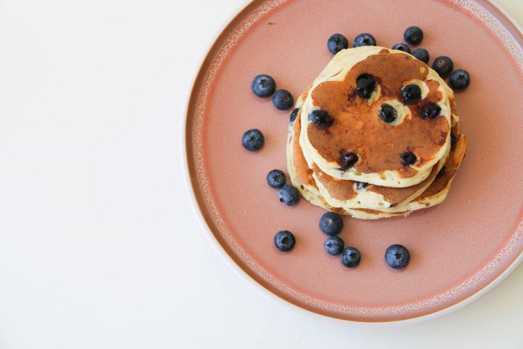 pannenkoekjes van griekse yoghurt met blauwe bessen van boven